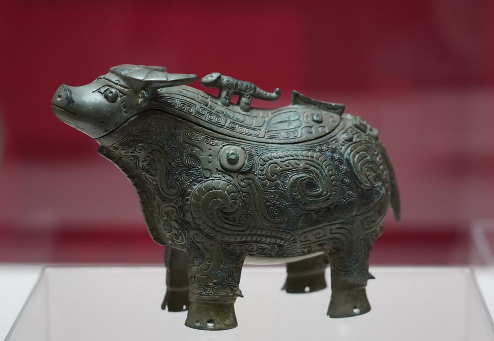 """这是2月4日拍摄的上海博物馆藏商代晚期文物青铜器""""凤纹牺觥""""。"""