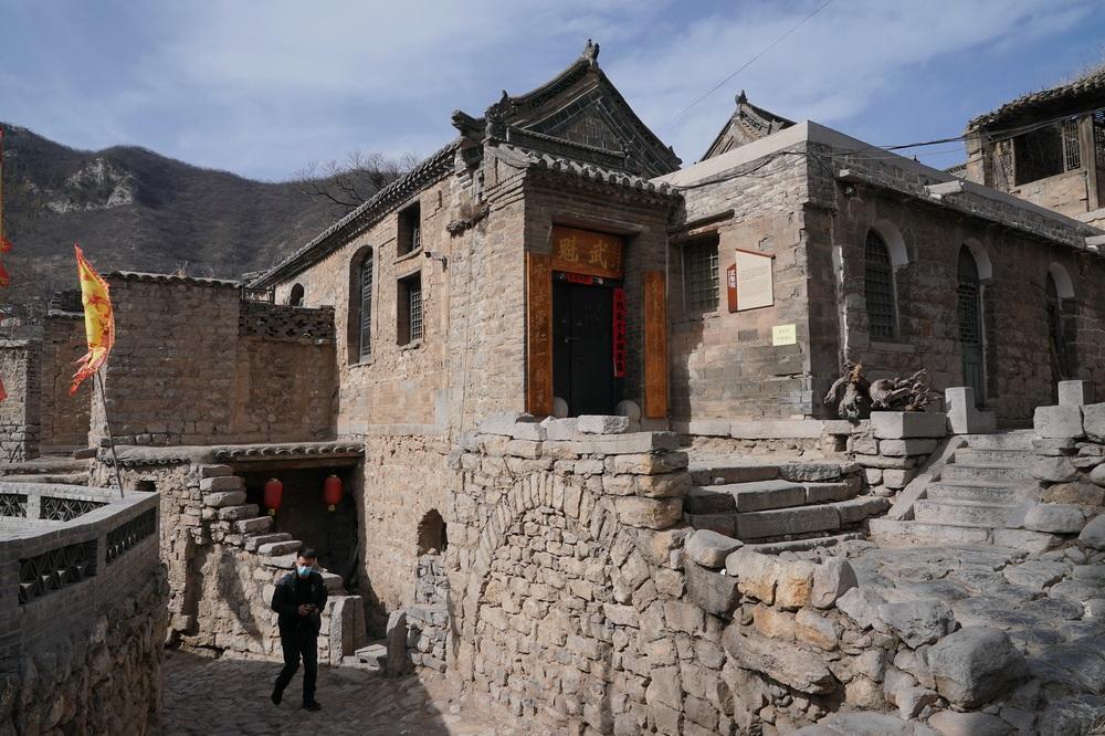 2月21日,游客在井陉县南障城镇大梁江村游览。