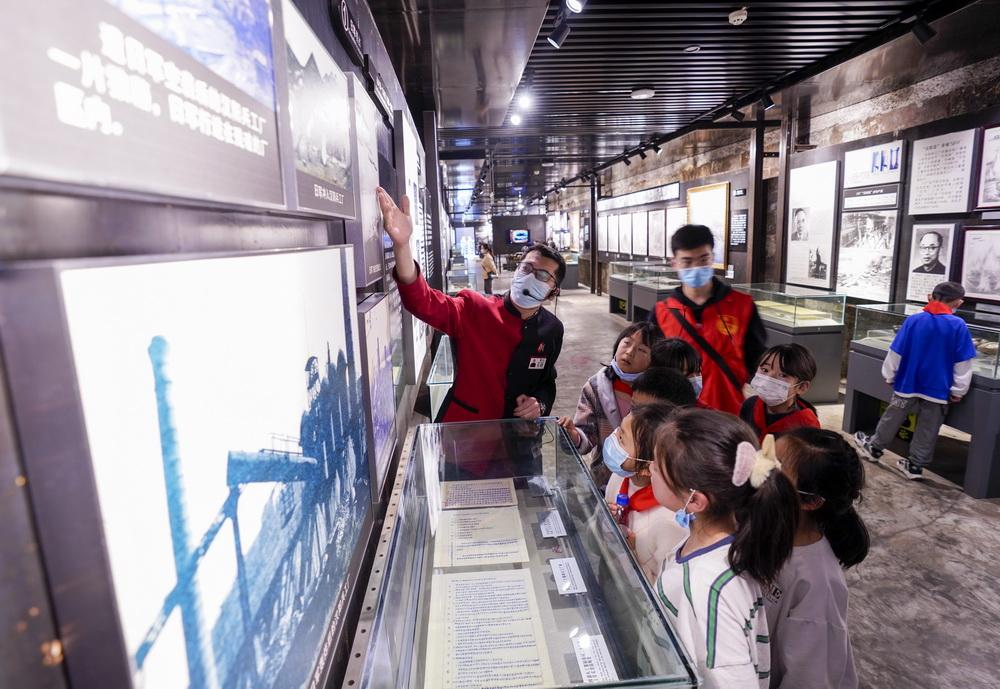2月24日,在九龙坡区重庆建川博物馆内,30名来自城口县贫困山区的留守儿童、困难家庭青少年在共青团青年志愿者的陪伴下参观游览。