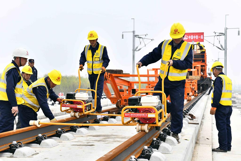 3月15日,在日兰高铁山东嘉祥县段,中铁一局的工作人员进行铺轨作业。新华社记者 郭绪雷 摄