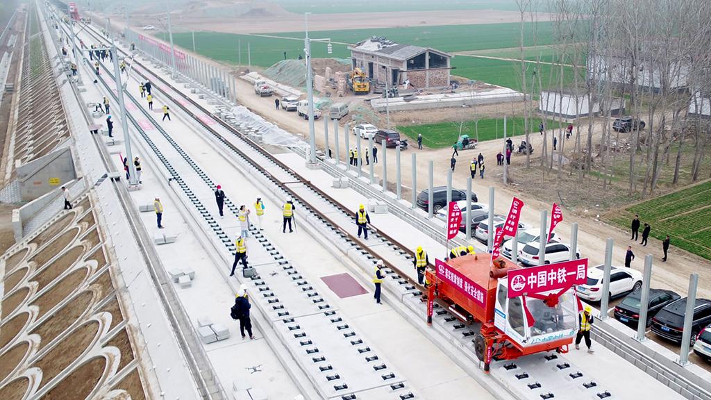 3月15日,在日兰高铁山东嘉祥县段,中铁一局的工作人员进行铺轨作业(无人机拍摄)。新华社记者 郭绪雷 摄