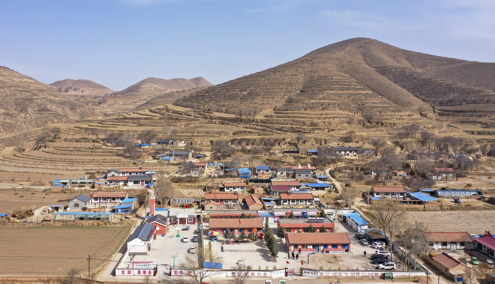 这是3月15日拍摄的宁夏固原市西吉县马建乡大坪小学(无人机照片)。新华社记者 冯开华 摄