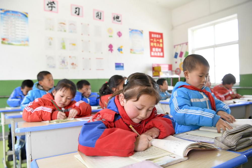 宁夏固原市西吉县马建乡大坪小学一年级学生在课堂上学习(3月15日摄)。新华社记者 冯开华 摄