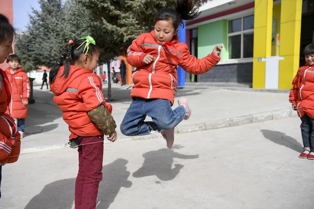 宁夏固原市西吉县马建乡大坪小学的学生在课间跳皮筋(3月15日摄)。新华社记者 冯开华 摄
