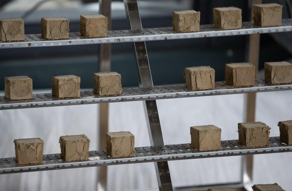 这是在三星堆遗址考古发掘现场拍摄的用于筛选试验用的灌浆材料(3月20日摄)。新华社记者 江宏景 摄