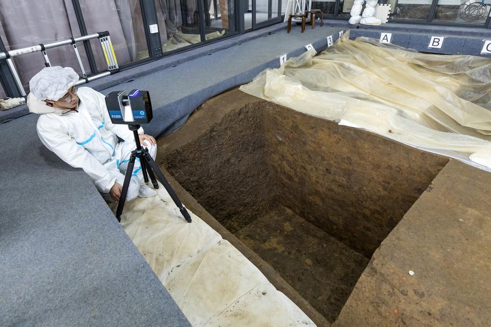 """在三星堆遗址考古发掘现场,考古人员用三维激光扫描仪扫描7号""""祭祀坑"""",并将利用扫描数据建立该""""祭祀坑""""的3D模型(3月10日摄)。新华社记者 沈伯韩 摄"""
