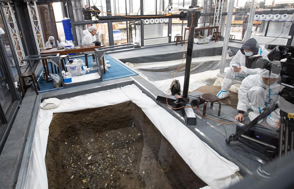 """3月20日,考古人员用专业相机和特殊拍摄装置垂直拍摄三星堆遗址5号""""祭祀坑""""的高清影像。新华社记者 江宏景 摄"""