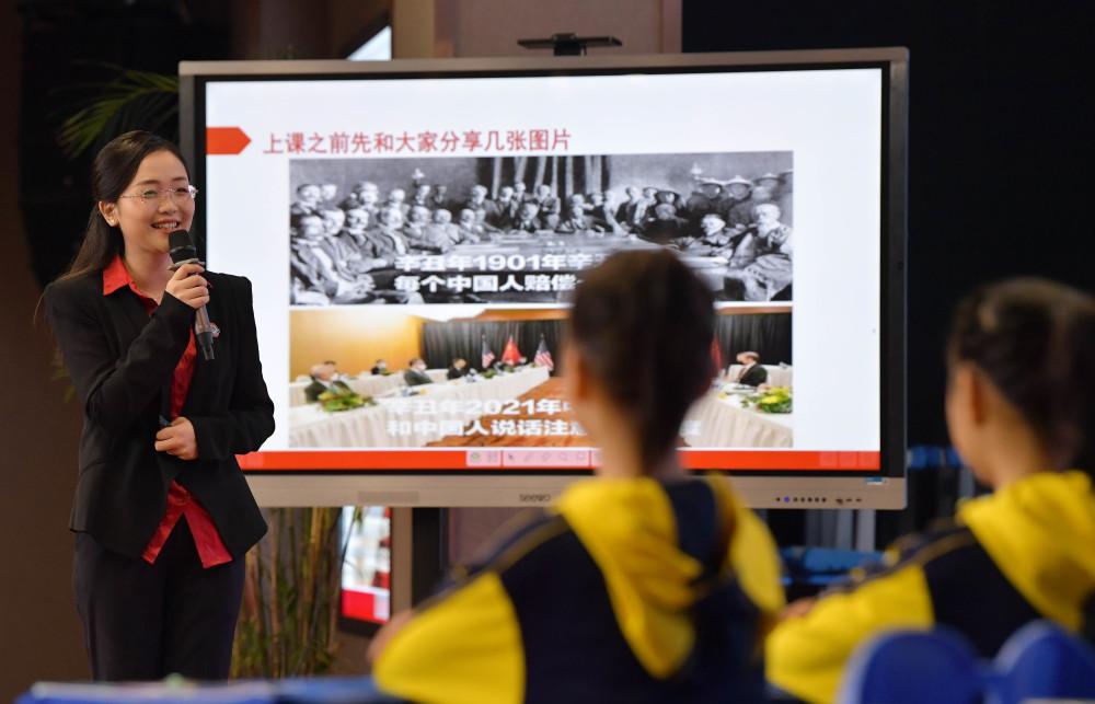 3月27日,在南昌市二十八中湾里实验学校,学生在思政课上学习党史知识。新华社记者 彭昭之 摄