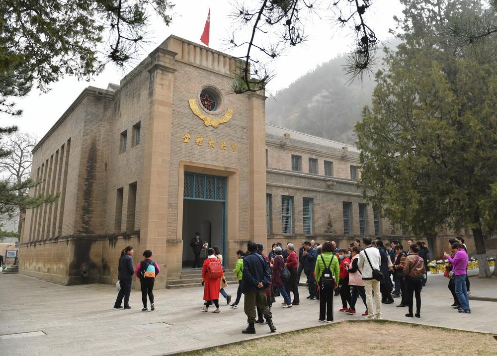 3月28日,参观者在陕西延安杨家岭革命旧址参观。