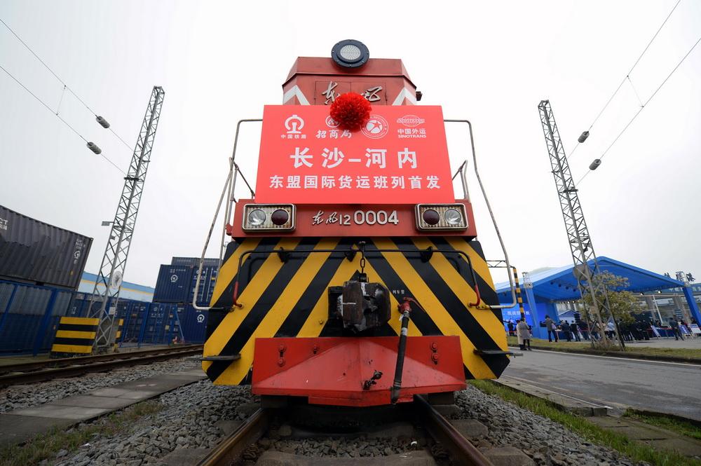 3月31日,首列长沙至河内东盟国际货运班列准备发车。