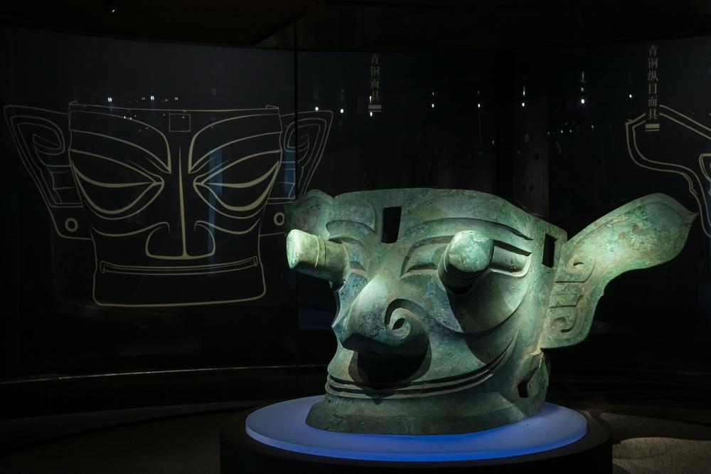 """这是在位于四川省广汉市的三星堆博物馆拍摄的1986年出土于三星堆2号""""祭祀坑""""的青铜纵目面具(3月5日摄)。"""