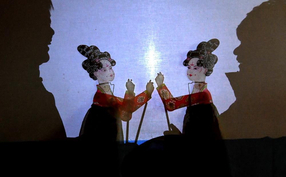 李赛(右)和演员在排练皮影戏(3月19日摄)。新华社记者 李安 摄