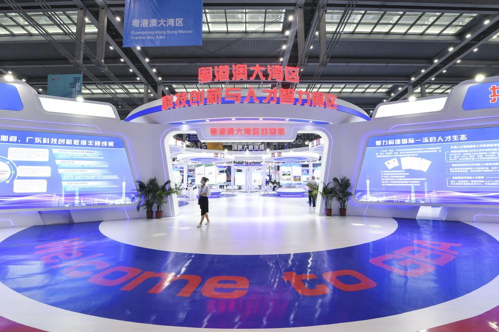 4月24日,与会者走过中国国际人才交流大会设立的粤港澳大湾区科技创新与人才智力展区。