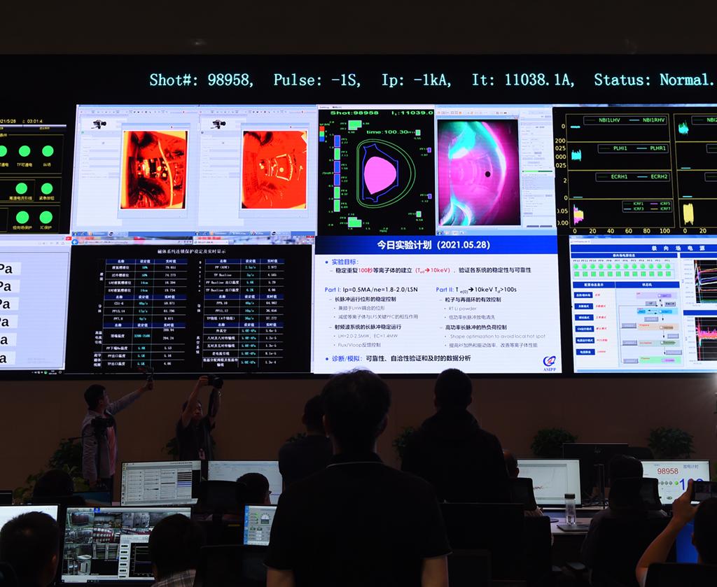 5月28日凌晨,在全超导托卡马克核聚变实验装置(EAST)控制大厅,屏幕显示1.2亿摄氏度等离子体运行突破100秒的瞬间。新华社记者 周牧 摄