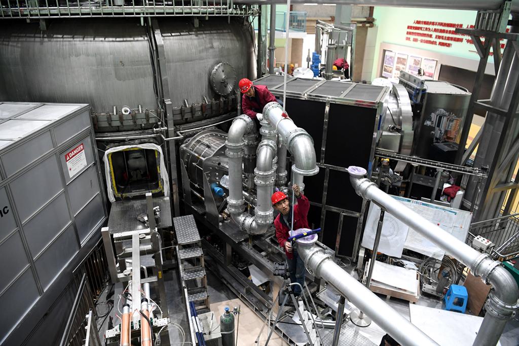 在中科院合肥物质科学研究院,工作人员对全超导托卡马克核聚变实验装置(EAST)进行升级改造(4月13日摄)。新华社记者 刘军喜 摄