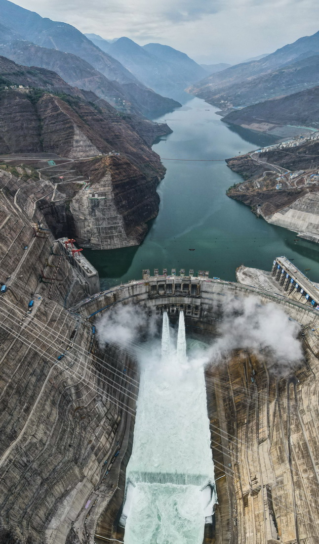 5月31日拍摄的建设中的白鹤滩水电站(无人机照片)。