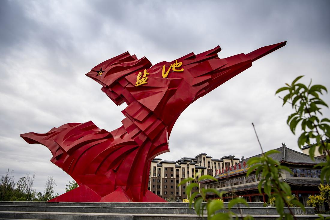 这是6月19日在宁夏盐池县县城内拍摄的雕塑。新华社记者 冯开华 摄