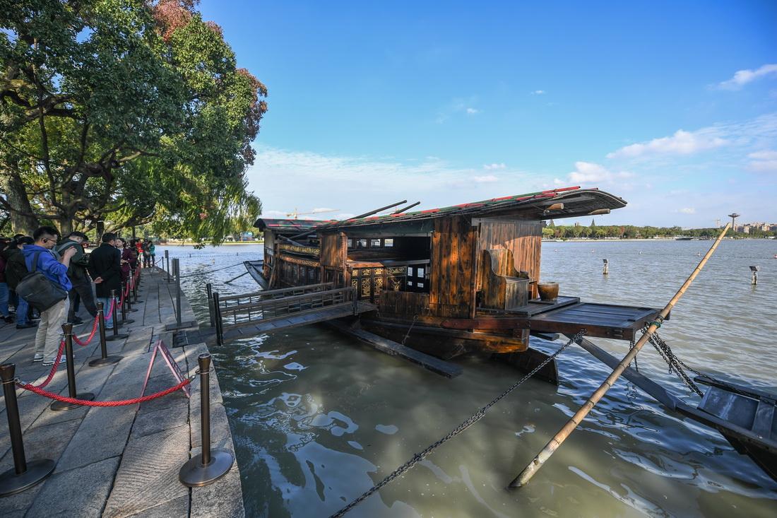 停靠在浙江嘉兴南湖湖心岛的南湖红船(2020年10月27日摄)。新华社记者 徐昱 摄