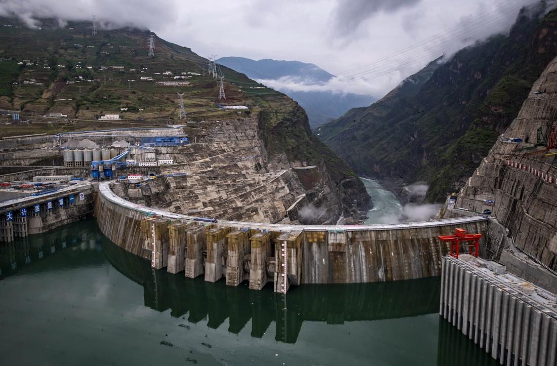 6月28日拍摄的正在发电运行的白鹤滩水电站。