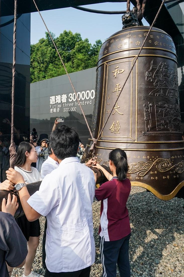 """7月7日,社会各界人士在侵华日军南京大屠杀遇难同胞纪念馆参加""""国殇难忘 警钟长鸣""""——撞响和平大钟活动。"""
