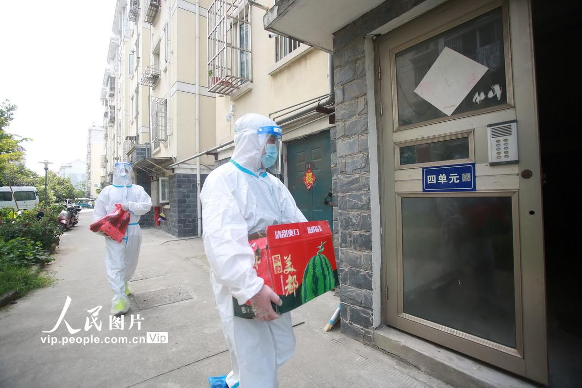 2021年8月6日,江苏省扬州市广陵区汤汪乡杉湾花园社区防疫志愿者将生活物资送至居民家。