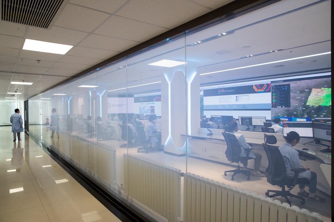 """9月8日,在位于中国科学院北京新技术基地的可持续发展大数据国际研究中心,科研人员在""""可持续发展大数据平台系统""""监测平台运行情况。该平台是国内首个面向可持续发展目标的大数据云服务基础平台,可为公众、科研人员及决策者等不同用户提供""""一站式""""数据计算、分析、展示、共享服务等可持续发展目标服务和数据公共产品。"""