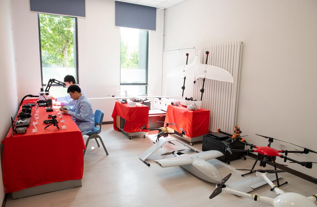 9月8日,在位于中国科学院北京新技术基地的可持续发展大数据国际研究中心,科研人员利用无人机平台,获取多源超高分辨率对地观测数据并实现三维重构。