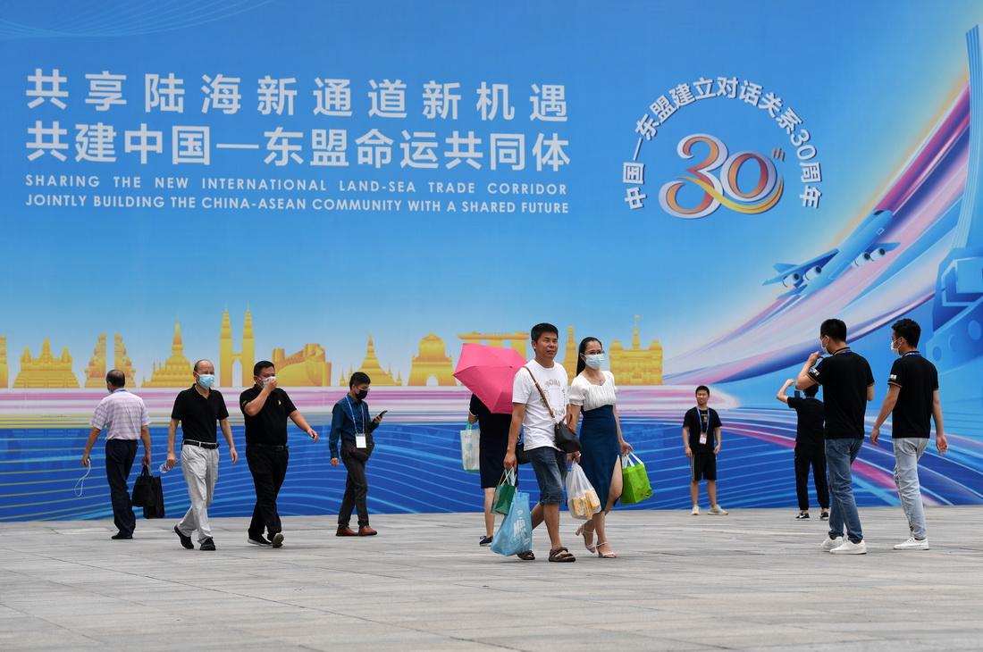 9月13日,在广西南宁国际会展中心,参观者走出展馆。新华社记者 陆波岸 摄