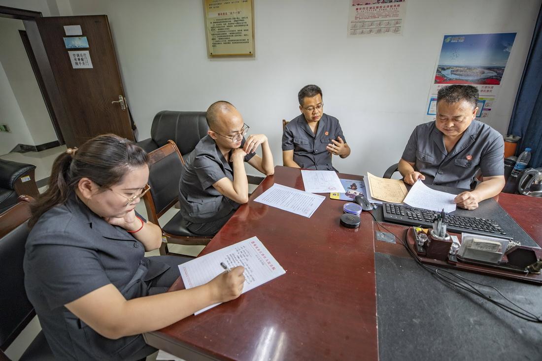 9月17日,在重庆市江津区蔡家镇,基层法官们一起组成合议庭商议案情。