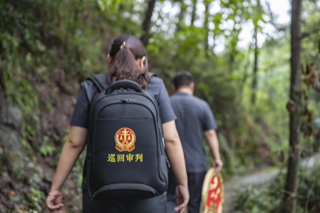 9月18日,在重庆市江津区嘉平镇,两名基层法官一起进村设置巡回审判法庭。