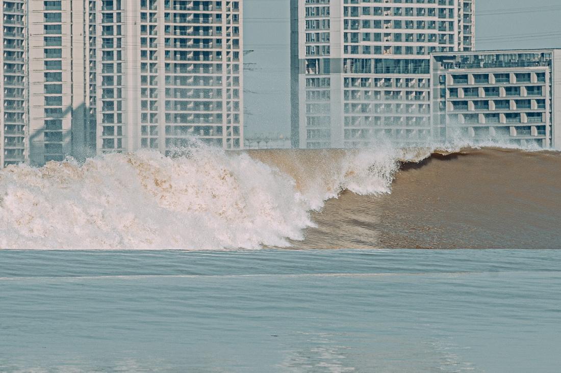 這是9月23日在杭州拍攝的錢塘江潮水。