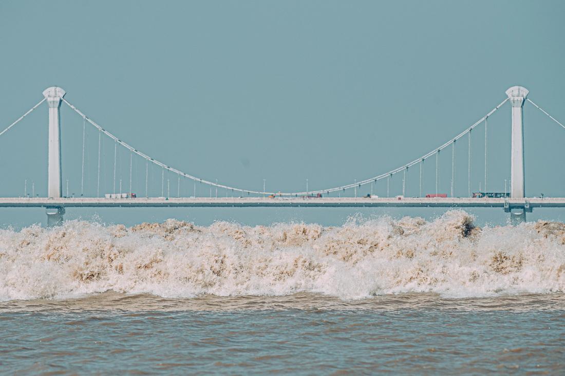9月23日,錢塘江潮水經過江東大橋。