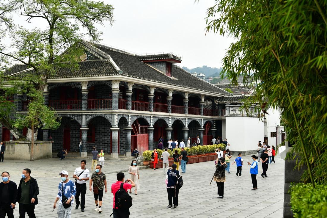 10月7日,游客在贵州省遵义市遵义会议会址参观。新华社发(罗星汉 摄)