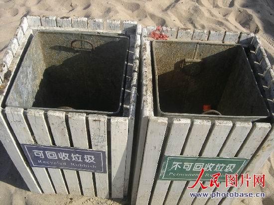 组图:秦皇岛乐岛海洋公园垃圾布满海滩 (3)