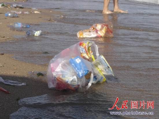 组图:秦皇岛乐岛海洋公园垃圾布满海滩 (5)
