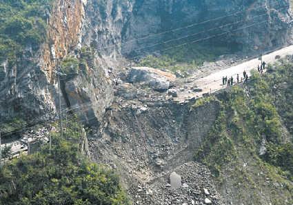 彭水县,被巨石砸断的国道319线现场.