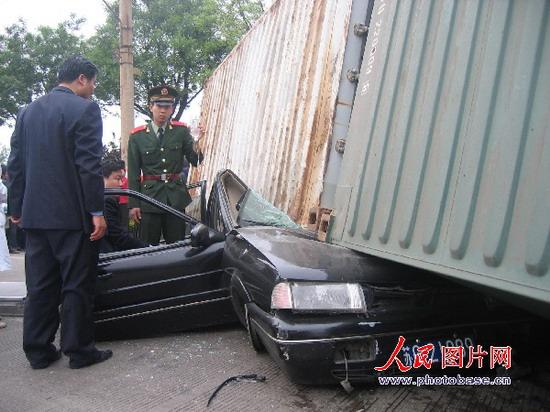 新桑塔纳车祸图片; 组图:连云港集卡追尾把桑塔纳压扁车下;