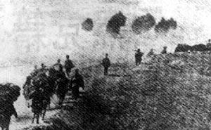 中国军队沿公路乘胜追歼溃逃的日军