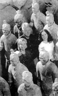 克林顿偕夫人和女儿在西安秦始皇兵马俑博物馆参观图片