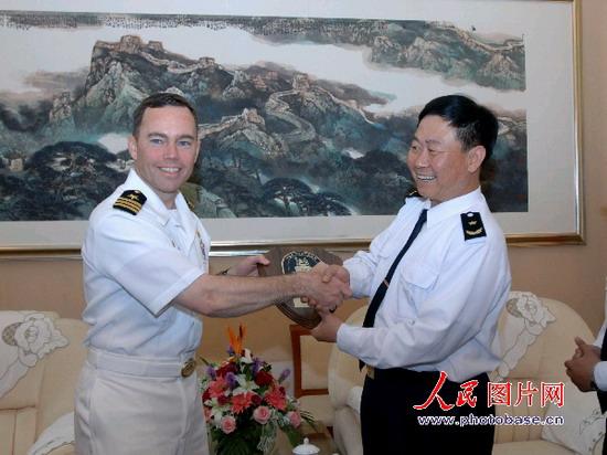 莱昂斯舰长拜会北海舰队副司令王福山少将. 版权作品,请勿转载.
