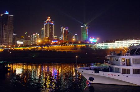 这是重庆朝天门码头一角(4月19日摄).-重庆靓丽缤纷 不夜城图片