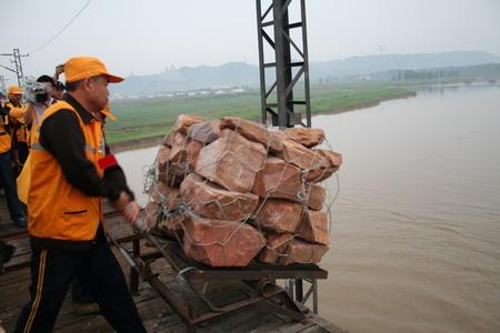 黄河铁路大桥郑州段抛石固基防洪