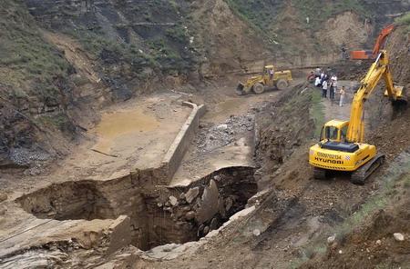 煤矿采空区塌陷现场,工作人员准备填埋塌陷区