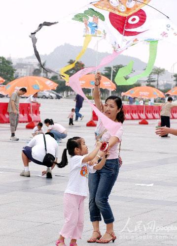 网络大赛摄影作品:幼儿园亲子环保风筝赛