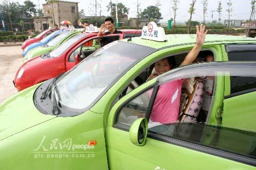 """9日,由30名出租车司机自发组织的""""爱心送学""""车队司机守侯在含"""