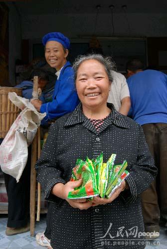禾丰乡一农村老太太免费领到了优质油莱籽喜