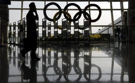 9月7日,青岛流亭国际机场的候机厅窗户上装饰着奥运五环标志.