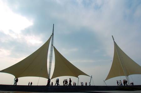 游人在厦门环岛路音乐广场游玩(2006年12月9日摄).