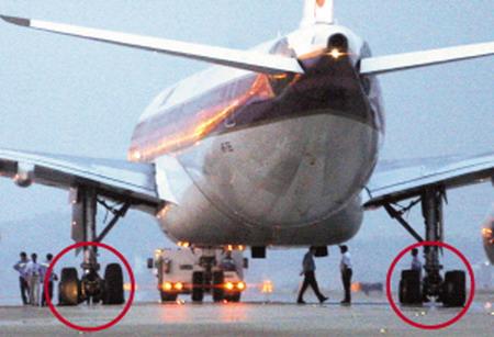 一架由广州飞往曼谷的航班飞机在准备起飞滑行时,返回机场更换轮胎,让
