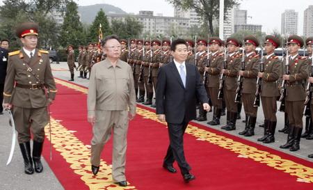 朝鲜最高领导人金正日(中左)与韩国总统卢武铉(中右)一起检阅图片